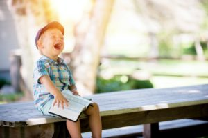 jak dzieci uczą sięjęzyków obcych wing person