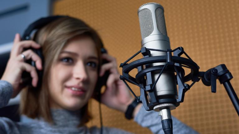 jak nagrać podcast z gościem wing person
